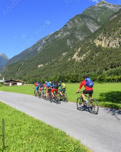 Foto op Plexiglas Fietsen eine Gruppe Radfahrer im Gebirge
