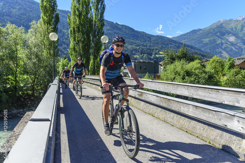Fotografia, Obraz mit dem Mountainbike auf einer Brücke