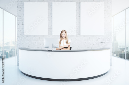 Fotomural Cheerful woman at reception desk