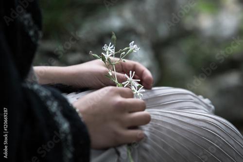 Photo Zarte Blüten in der Hand einer Jugendlichen