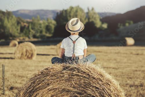 Fényképezés  niño solitario en el campo