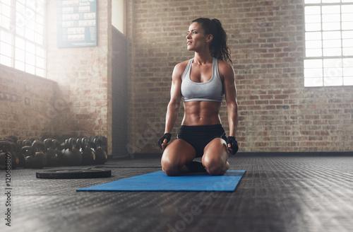 Poster Fitness Fitness model in sportswear on exercise mat