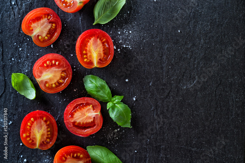 Fotografía  Red tomatoes and basil