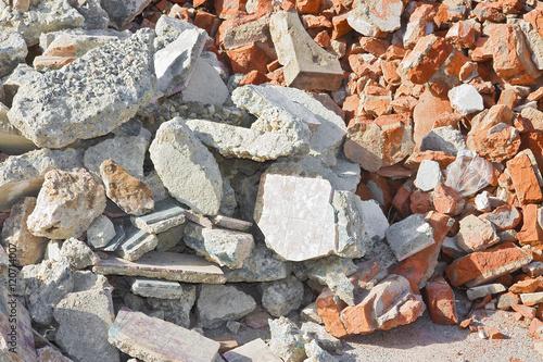Fotografía  Concrete and brick rubble debris on construction site
