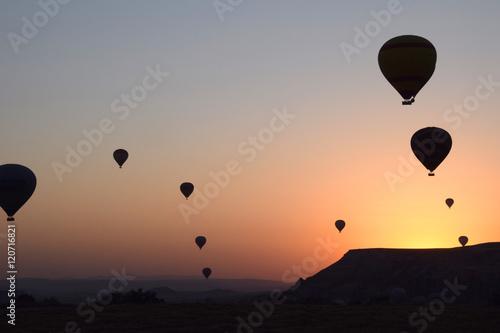 Globos aerostáticos en el amanecer sobre Capadocia, Turkía