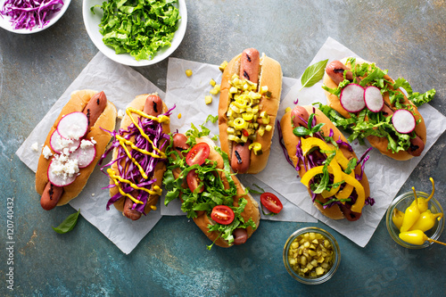 Fotografía  Variety of hot dogs with healthy garnishes