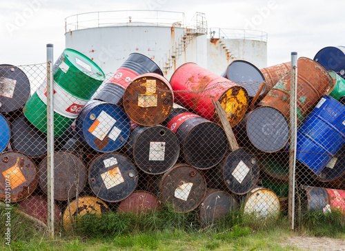 Foto  AKRANES, ICELAND - AUGUST 1, 2016: Oil barrels or chemical drums