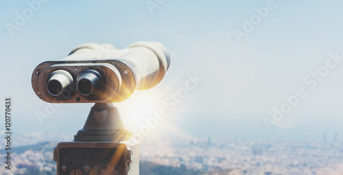 Foto Touristic telescope look at the city with view of Barcelona Spain, close up old