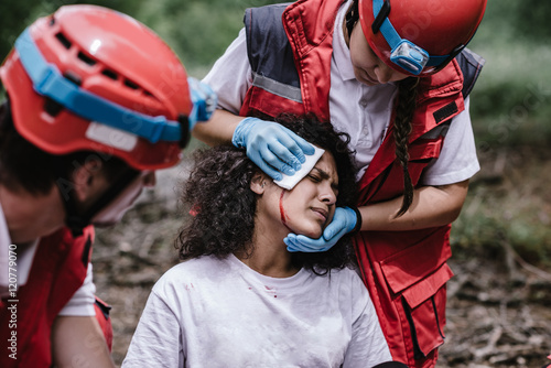 Obraz na plátně Rescue team treating injuries in the field