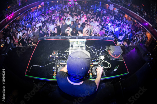 Láminas  Male DJ performing for crowded nightclub, shot from behind with a fisheye lens