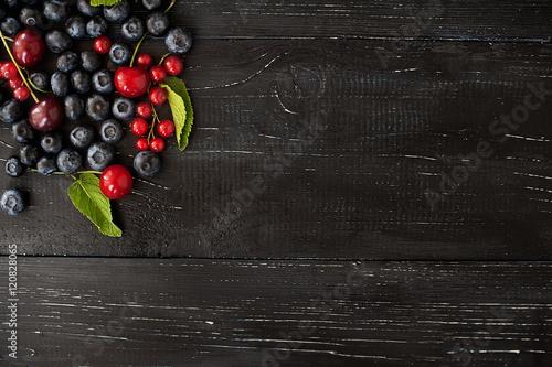 swieze-jagody-i-mieta-na-rustykalnym-ciemnym-drewnianym