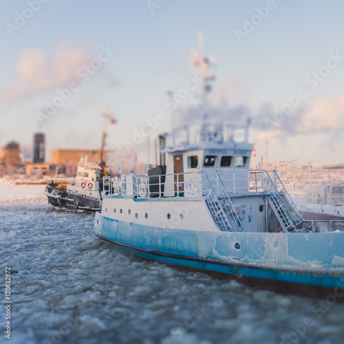 Foto op Plexiglas Arctica The Icebreaker ship trapped in ice tries to break and leave the