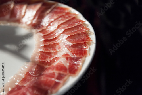 Photo  decorated arrangement of iberian cured ham on plate