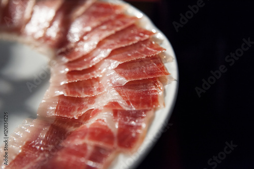 Foto  decorated arrangement of iberian cured ham on plate