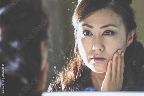 Fotografie, Obraz 鏡に映っている女性