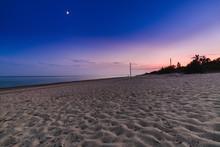 Spiaggia Vicino Al Mar Mediterraneo Isolata E Dopo Il Tramonto Con Impronte Di Persone.