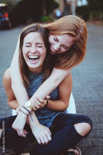 Fotografie, Obraz  Freundinnen lachen zusammen