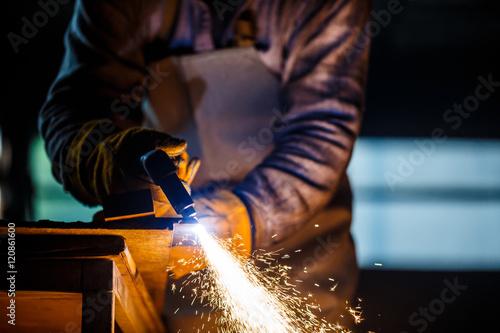 Fotografía  Cutting metal with plasma equipment