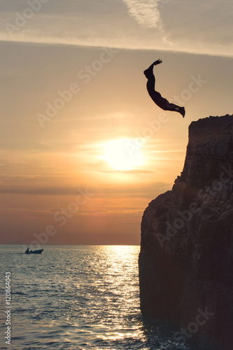 Photo  Free boy flying in the sky by jumping from the cliff