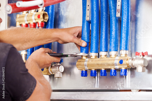 Plumber mounted distributor of central heating