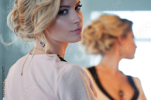 Fotografía  Fashion model with blond hair. Young attractive woman