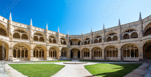 In de dag Monument Cloister view of the Jeronimos Monastery in Lisbon, Portugal