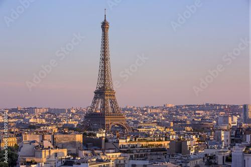 Papiers peints Paris Eiffel tower view from the arc de triomphe in Paris, France