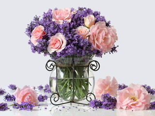 Obraz na SzkleBouquet of pink roses and lavender flowers in a vase. Romantic floral still life with bouquet of purple lavandula flowers and pink garden roses. Home decoration.