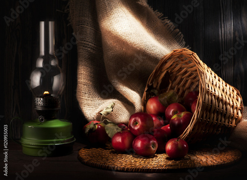 Fotografía  still life of apples and kerosene lamp. rustic style
