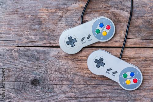 Photo  Videospiel Controller auf Holzuntergrund