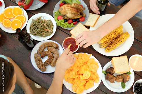 Foto op Plexiglas Picknick Friends eating on picnic