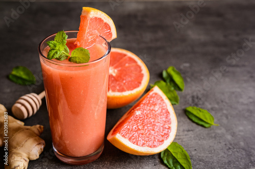 Poster Cuisine Grapefruit smoothie with ginger and honey