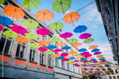 Parapluie suspendus au dessus de la rue Wallpaper Mural