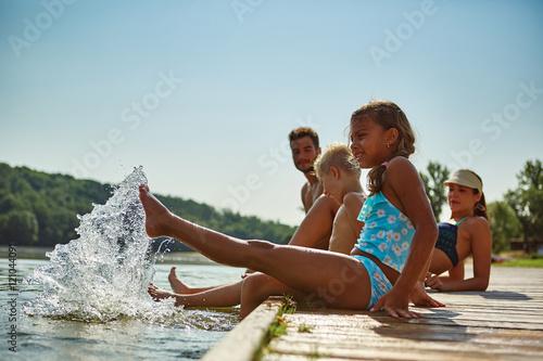 Photo  Familie am See plantscht im Wasser