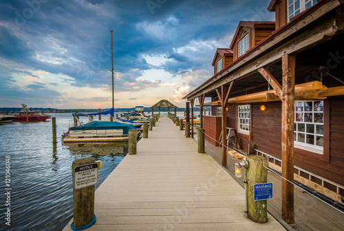 Photo Building and pier at sunset, on the Potomac River waterfront, in