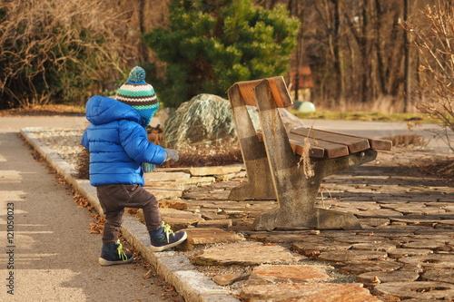 Cadres-photo bureau Gris traffic Kind geht zur Sitzbank
