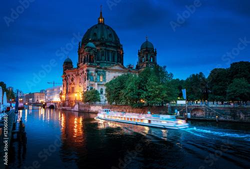 katedra-w-berlinie-z-lodzia-wycieczkowa-plynaca-po-szprewie-berlin-niemcy