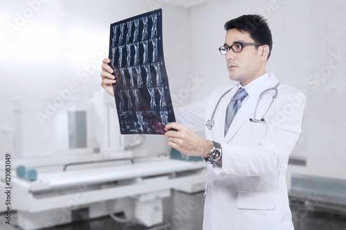 Fotografía  Male doctor checking xray