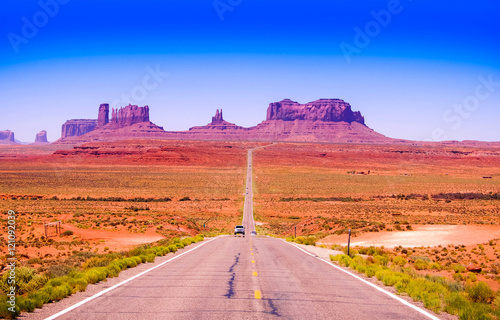 Poster Corail Desert highway leading into Monument Valley, Utah, USA