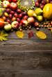 Jesienne owoce na drewnianym tle