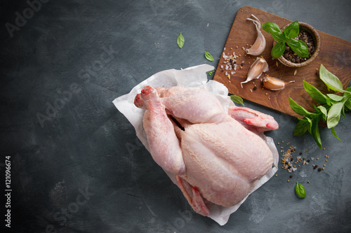 Photo  Fresh chicken with spices on vintage background with copyspace, selective focus