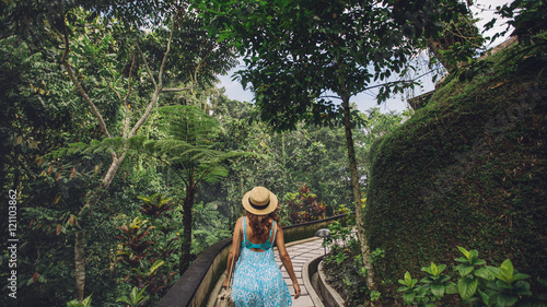 Foto  Female tourist in tropical garden