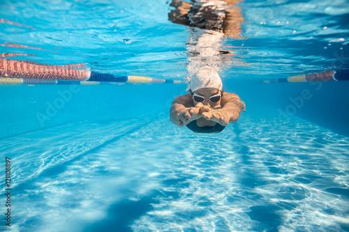 Plakat Pływak w stylu crawl pod wodą
