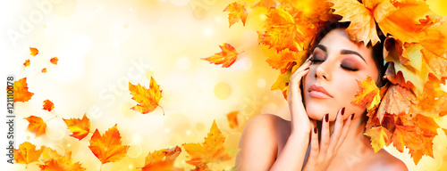 Fotografía  Fall Girl - Beauty Model Woman With Orange Autumn Leaves Hairstyle
