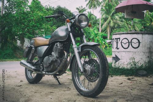 zabytkowy-motocykl-w-stylu-vintage-w-swietnym-stanie-krajobraz-tropikalny