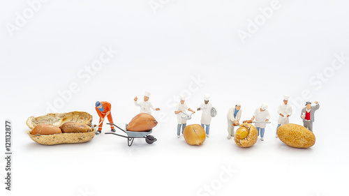 Photo Miniature People Chef and worker during cooking and working on Peanuts