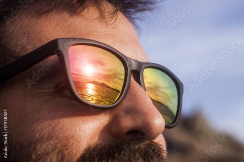 Observando Chico La Que Ve Sol De Puesta Con Gafas Se jL4AR3q5