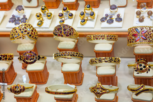 Fotografering  Luxury Garnet gold jewelry shop window display