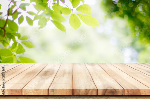 Fotografía  Empty wooden table with garden bokeh background with a country outdoor theme,Tem