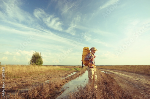 Fotomural  man traveler tourist landscape at sunset wildlife